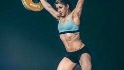 Tidak cuma cantik, Mattie Rogers juga memiliki prestasi yang membanggakan menjadi juara dunia atlet angkat besi.