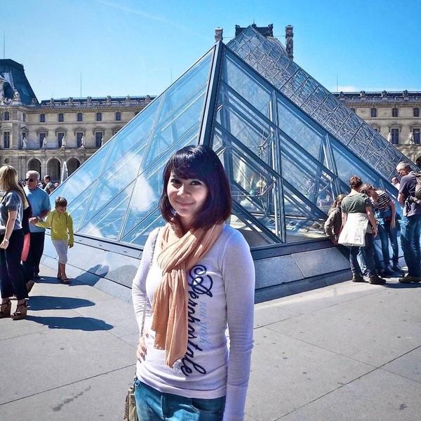 Saat plesiran ke Paris, Prancis Fera bergaya di Musee Louvre (fera_fe/Instagram)