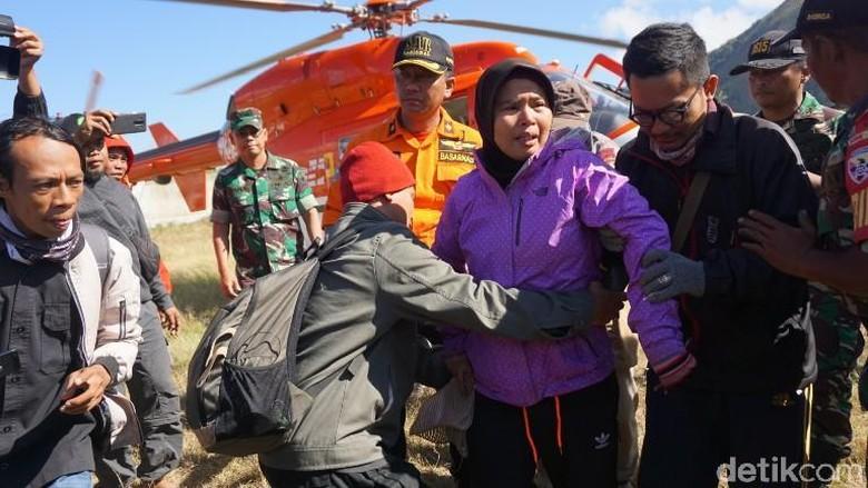 Foto: Sujud Syukur Pendaki Gunung Rinjani Usai Dievakuasi
