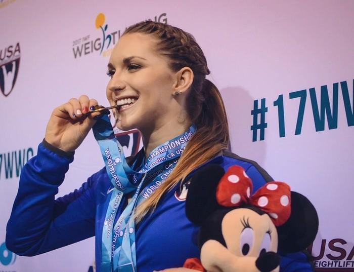 Pada tahun 2017 Mattie Rogers berhasil meraih medali perunggu dalam kejuaraan dunia angkat besi di Anaheim, Amerika Serikat. (Instagram/mattiecakesssss)