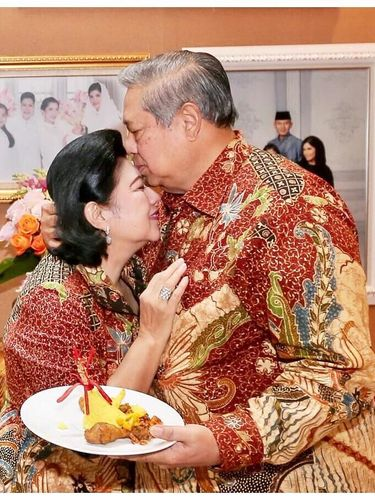 SBY mencium kening Bu Ani saat sang istri berulang tahun.