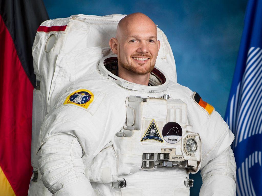 Seorang ahli geofisika asal Jerman, Alexander Gerst, pergi ke luar angkasa pada 6 Juni kemarin. Saat disana, ia berhasil memotret Bumi, Bulan, dan gerhana yang terjadi baru-baru ini. Foto: via Business Insider