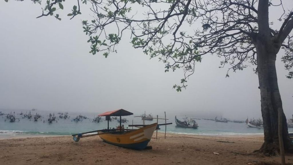 Kala Pantai Papuma Jember Berselimut Kabut
