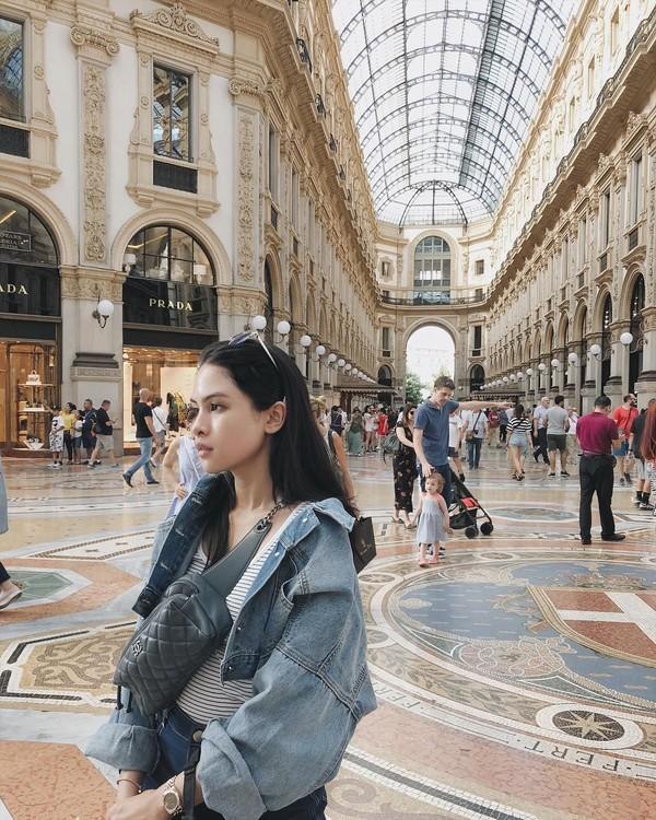 Maudy juga mengunggah fotonya saat tengah bengong di kota fashion Milan. Tampak dari bangunan yang megah dan dipenuhi oleh outlet barang branded (@maudyayunda/Instagram)