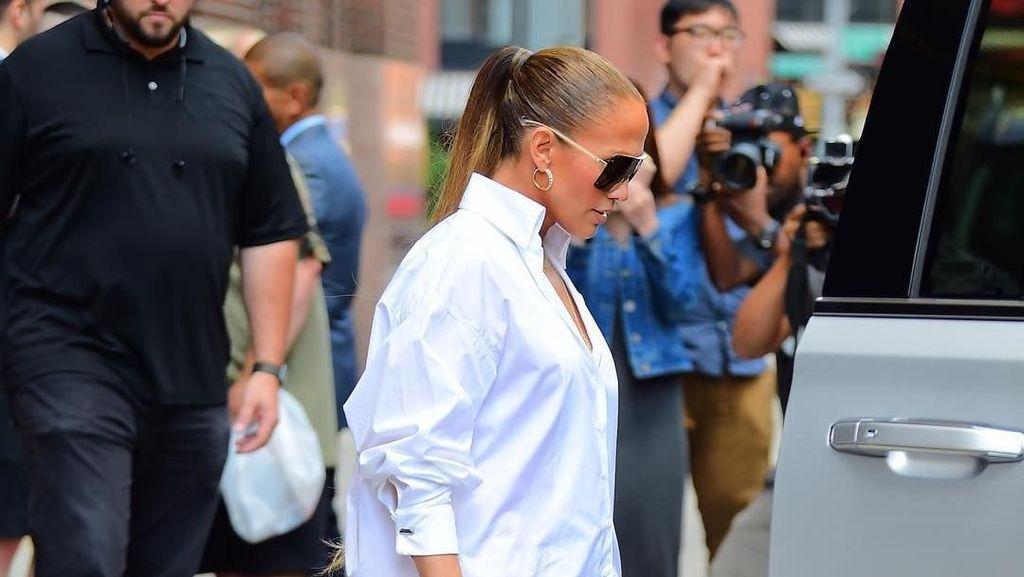 Mirip Celana Jeans Melorot, Sepatu Jennifer Lopez Ini Harganya Rp 31 Juta