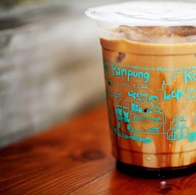Punya 5 gerai di Jakarta, es kopi susu Dibawah Tangga jadi favorit. Ada dua pilihan, es kopi susu kota dan es kopi susu kampung. Es kopi susu kota dibuat dari biji kopi lebih mahal sementara es kopi susu kampung dibanderol lebih murah. Harganya sekitar Rp 19.000 per cup. Foto: Instagram di.bawahtangga