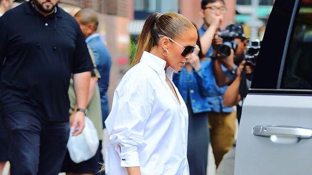 Penampilan Seksi Jennifer Lopez Pakai Kemeja Tanpa Celana
