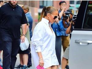 Viral, Foto Kocak Pria Tiru Gaya Jennifer Lopez Pakai Kemeja Tanpa Celana