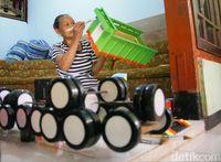 Satu Keluarga di Jombang Kompak Tekuni Bisnis Miniatur Bus dan Truk