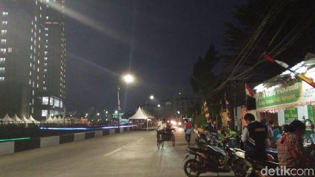 Uji Bau, Ketua DPRD DKI Makan Tongseng di Pinggir Kali Item