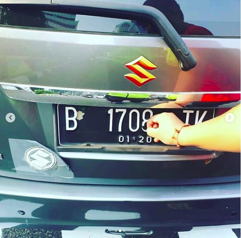 Pengendara nakal terciduk melakban pelat nomornya agar bisa melintas di jalur ganjil-genap. Foto: Screenshot Instagram