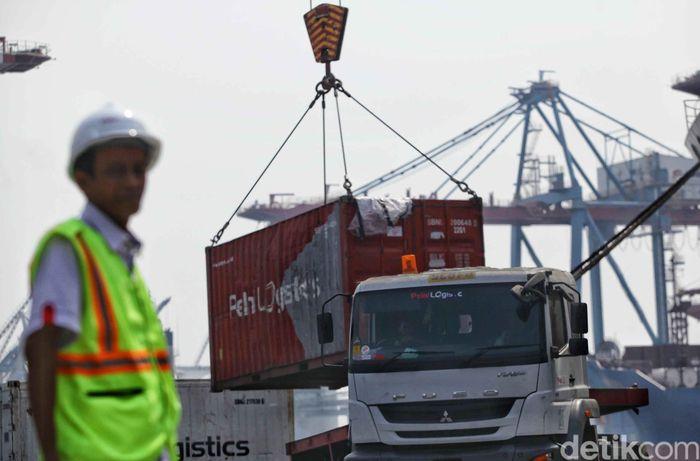Para petugas Pelni melakulan observasi di lokasi tersebut guna melakukan evaluasi terhadap pelayanan Pelni kepada penumpang kapal, mulai dari aktivitas bongkar muat, gudang logistik hingga kesiapan di area pintu masuk penumpang.