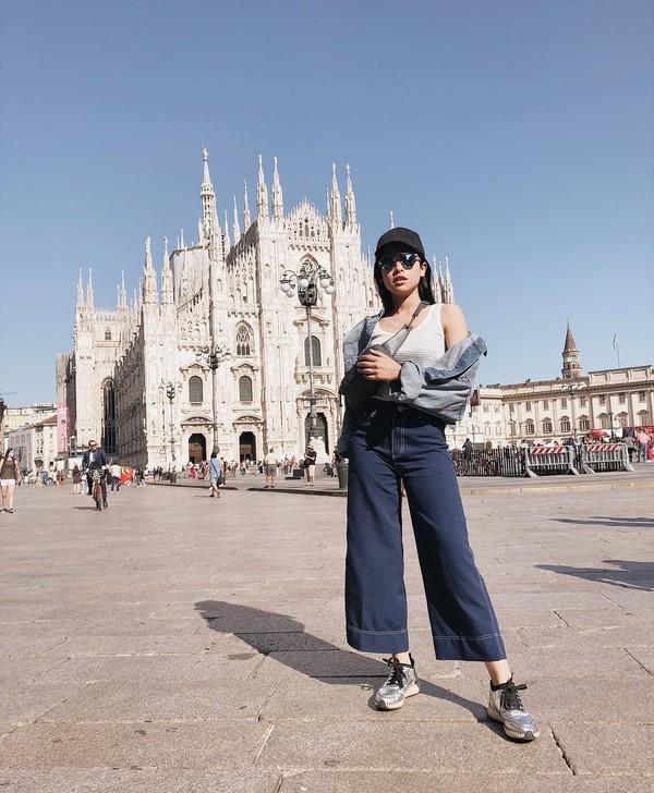 Pergi ke Milan, Maudy tak lupa menyempatkan diri untuk berfoto di depan Duomo Milan yang menjadi ikon kotanya. Maudy pun tak kalah mempesona dibanding latar belakangnya (@maudyayunda/Instagram)