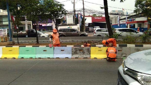 Tadinya separator dicat warna-warni untuk menyemarakan Asian Games