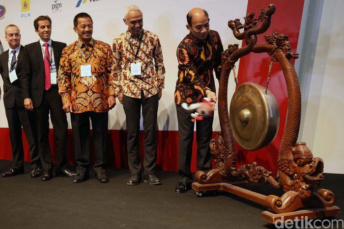 Wakil Menteri Energi dan Sumber Daya Mineral (ESDM), Arcandra Tahar memukul gong saat pembukaan Gas Indonesia Summit & Exhibition di JCC, Jakarta, Rabu (1/8/2018).