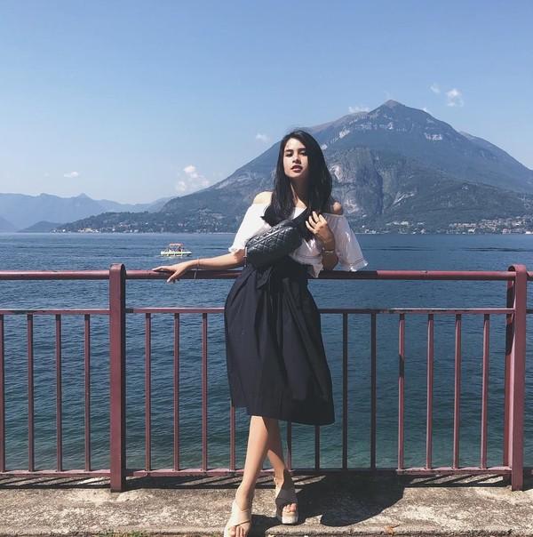 Dalam postingan Instagramnya, Maudy diketahui mengunggah fotonya di Italia. Ia pun tampak berpose di Varenna dengan latar belakang Lagi di Como (@maudyayunda/Instagram)