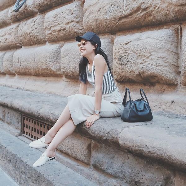 Foto Maudy saat berada di Piazza Santa Trinita, Florence. Bahagia sekali ya Maudy di foto ini (@maudyayunda/Instagram)