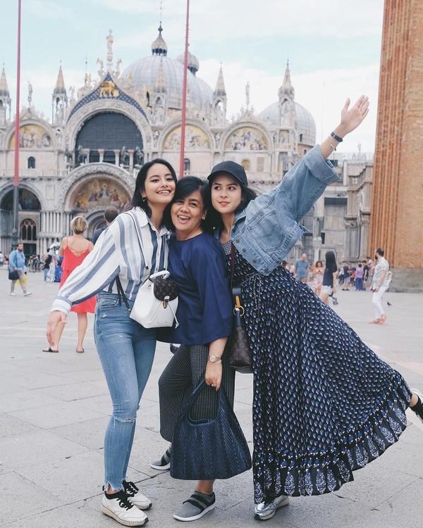 Maudy pun tidak pergi seorang diri. Turut serta ibu dan adik tercinta yang menemaninya di Italia. Ini momen kebersamaan mereka di Venesia (@maudyayunda/Instagram)