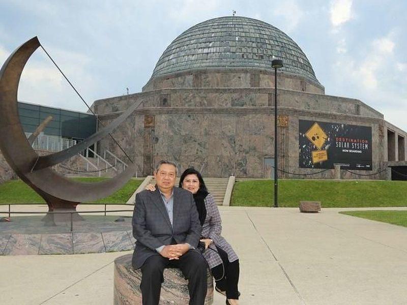 Di depan Adler Planetarium, Chicago, AS. Ini adalah salah satu destinasi wisata terkenal di Chicago (@aniyudhoyono/Instagram)