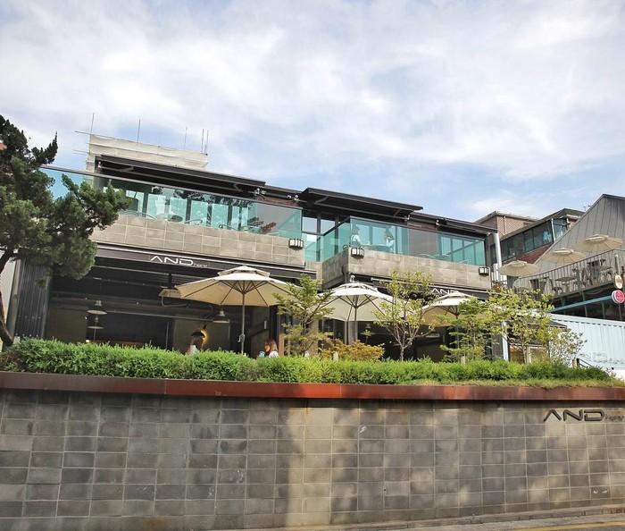Seungri punya cafe kekinian di wilayah Dongsung-gil, Seoul bernama AND Here Cafe. Menempati bangunan 3 lantai, kafe ini terlihat sangat modern dengan dinding kaca. Foto: Instagram andhere01
