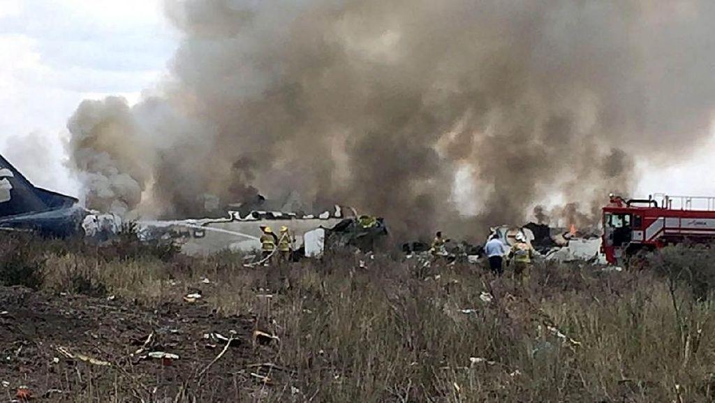 Video: Pesawat Jatuh di Meksiko, 85 Orang Luka-luka