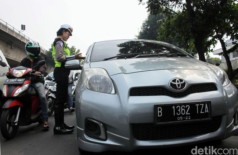 Aksi Para Polwan Saat Tilang Pelanggar Ganjil Genap. Foto: Rifkianto Nugroho