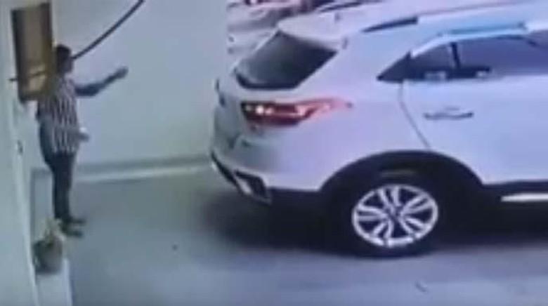 Viral Video Istri Tabrak Suami Saat Mundurkan Mobil, Polisi: Hoax
