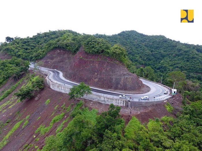 Pembangunan ruas ini ditargetkan mantap 100 persen pada akhir tahun 2018 melalui kegiatan preservasi, pemeliharaan rutin jalan dan jembatan dengan anggaran Rp 43 miliar. Pool/Kementerian PUPR.