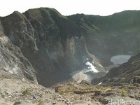 Inilah kawah Gunung Ciremai yang tandus. Gunung Ciremai tingginya 3.078 mdpl (Muhammad Idris/detikTravel)