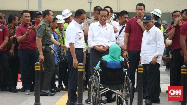 Presiden Joko Widodo berbincang dengan Aliyah Rasyid (duduk di kursi roda), ibunda Gubernur DKI Jakarta Anies Baswedan.