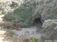 Dalam jalur pendakian ini kita akan menjumpai Gua Walet. Gua ini sering jadi titik perhentian pendaki untuk menikmati suasana (Muhammad Idris/detikTravel)