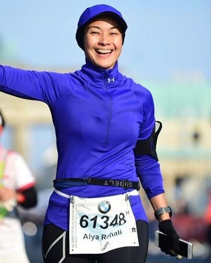 Alya pun berhasil mencapai garis finish setelah berlari menempuh jarak puluhan kilometer. Foto: Instagram/arohali