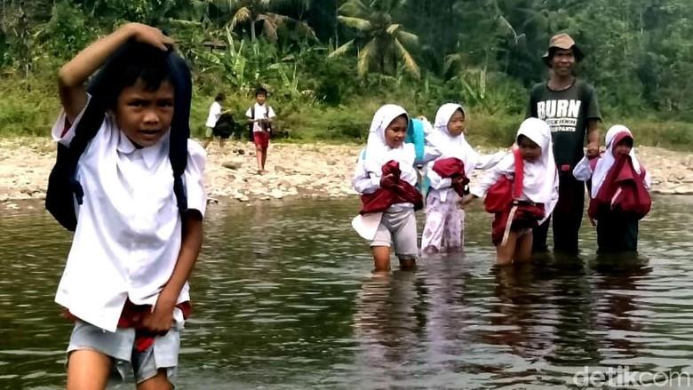 Miris, Anak-anak di Sukabumi Terobos Sungai untuk Sekolah