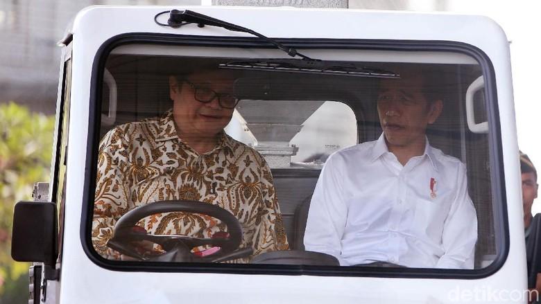 Jokowi saat menumpang mobil desa di GIIAS 2018 (Foto: Rengga Sancaya)