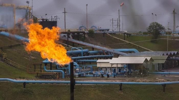 Fasilitas minyak PT Chevron Pacific Indonesia di daerah Minas yang masuk dalam Blok Rokan di Riau, Rabu (1/8). Kementerian ESDM memutuskan untuk menyerahkan pengelolaan Blok Rokan setelah kontrak Chevron habis pada 2021, dan mengakhiri kemitraan perusahaan itu dengan Pemerintah Indonesia yang sudah berlangsung selama lebih dari 90 tahun. ANTARA FOTO/FB Anggoro/kye/18.
