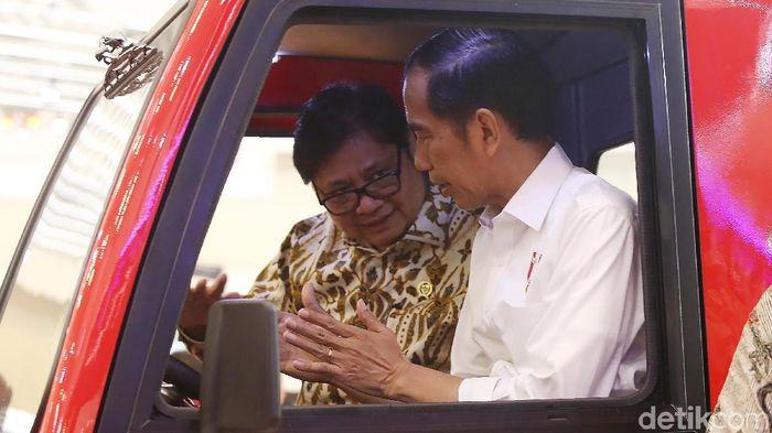 Presiden Jokowi dan Menteri Perindustrian Airlangga Hartarto/Foto: Ari Saputra