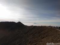 Kawah di puncak Gunung Ciremai dengan latar belakang Gunung Slamet di Jawa Tengah (Muhammad Idris/detikTravel)