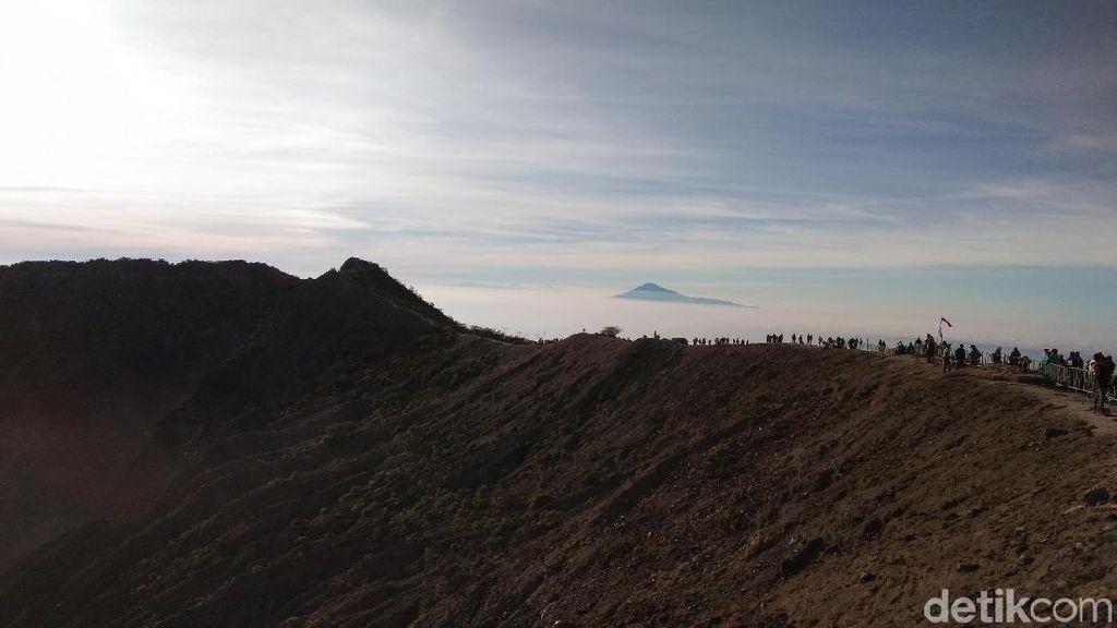Pendakian Gunung Ciremai: Surga, Edelweiss, dan Mistis