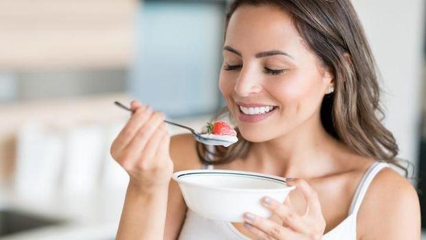 7 Makanan Pemutih Gigi Alami Buat Bunda