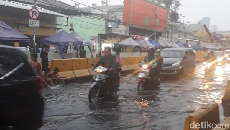Pipa Bocor yang Bikin Jalan di Tanah Abang Tergenang Diperbaiki