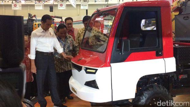 Jokowi melihat mobil desa