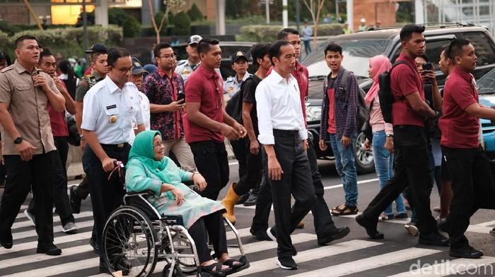 Presiden Jokowi, Menteri PUPR Basuki Hadimuljono, dan Gubernur DKI Jakarta Anies Baswedam menjajal pelican crossing di dekat Bundaran HI (Foto: Andhika Prasetya/detikcom)