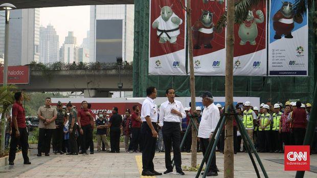 Presiden Joko Widodo dan Menteri PUPR Basuki Hadimuljono dan Gubernur DKI Jakarta Anies Baswedan mengobrol saat meninjau trotoar.
