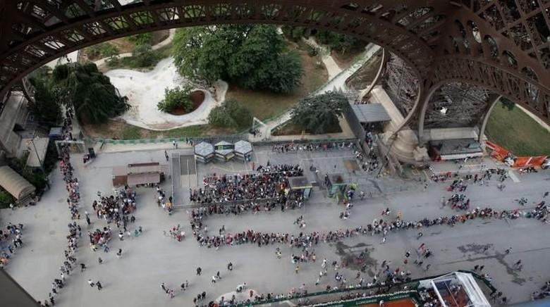 Foto: Antrean masuk Menara Eiffel (Philippe Wojazer/Reuters/File Photo)