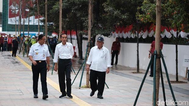 Anies, Jokowi, dan Menteri PUPR Basuki Hadimuljono di trotoar Jl Sudirman.