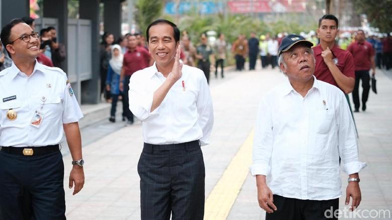 Bareng Anies, Jokowi Tinjau Revitalisasi Trotoar Jl Sudirman