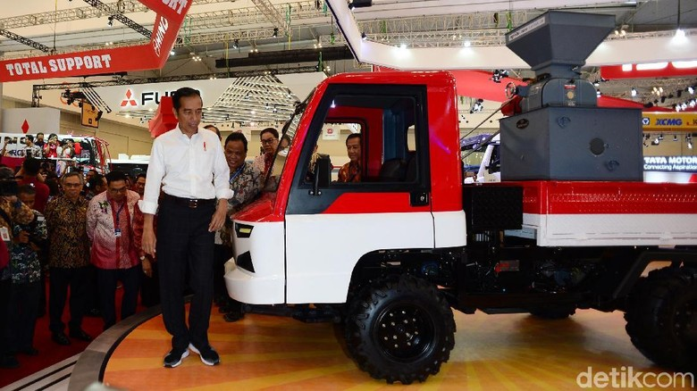 Jokowi saat berkeliling di arena GIIAS 2018 Foto: Ari Saputra