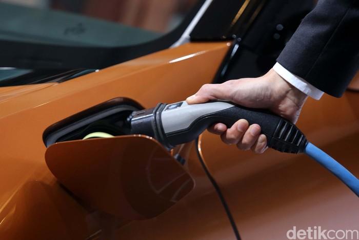 BMW Indonesia memperkenalkan sport car masa depan mereka BMW i8 roadster di GIIAS 2018. Mobil ini pun dibanderol 3.969.000.000 di luar pajak.