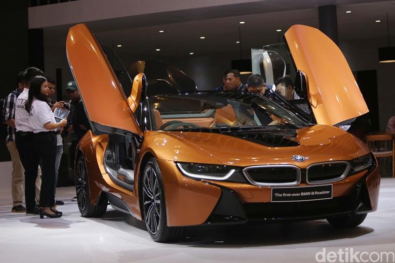 Mobil sport plug-in hybrid BMW i8 Roadster. Foto: Ari Saputra