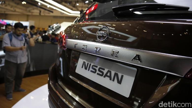 Pengunjung GIIAS melihat mobil SUV Nissan Terra di pameran GIIAS 2018 (Foto: Rachman Haryanto)